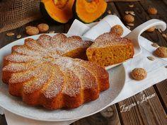 La torta alla zucca e amaretti è un dolce da credenza morbido e profumato che è perfetto per la colazione e la merenda. Non contiene burro.
