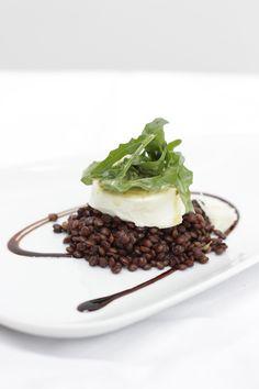 Gratinierter Piccandu Ziegenkäse auf Balsamico-Berglinsen mit Ruccola-Salat