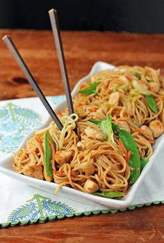 This Chicken Lo Mein is healthy, easy to make and full of flavor. A family favorite! Just 311 calories or 7 Green, 6 Blue or 6 Purple WW SmartPoints per 1 & cup serving! Ww Recipes, Turkey Recipes, Asian Recipes, Chicken Recipes, Dinner Recipes, Cooking Recipes, Healthy Recipes, Ethnic Recipes, Skinny Recipes