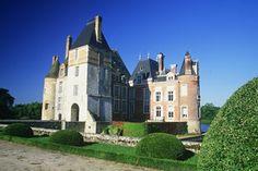 Le château de La Bussière est agrémenté d'un jardin à la française, dessiné par Le Nôtre.