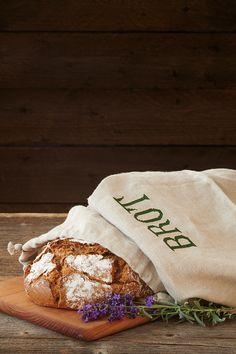 Ofenfrisches, duftendes Brot und Gebäck schmeckt ganz wunderbar. Leider ist dieser Genuss oft allzu schnell vorbei. In unserem Brotbeutel fühlt sich das Brot aber lange Zeit wohl. Der Grund dafür ist das Leinen: Es hält den Laib frisch und reguliert Temperatur und Feuchtigkeit. Bread, Food, Bread Bags, Egg Cups, Linen Fabric, Eten, Bakeries, Meals, Breads