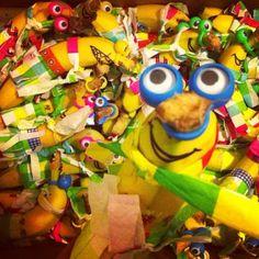 Deze vrolijke foto is van Vincent Koerse . Bananen! Versierde bananen. Elke banaan is uniek zo te zien. Een feestje om te maken, een fees...