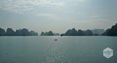Tel daarbij op dat iedere ochtend en avond de rotsen van Halong Bay compleet in nevel gehuld zijn en je krijgt het gevoel dat de Black Pearl uit Pirates of the Caribean ieder moment voorbij kan komen zeilen. #HalongBay #Vietnam #limestone http://www.myworldisyours.nl/places/halong-bay