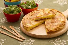 La frittata con le patate è un ricco secondo piatto veloce e semplice da preparare dal sapore rustico e genuino.