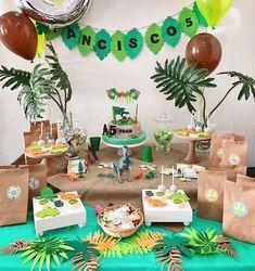 Mesa dulce cumpleaños de dinosaurios Birthday Party At Park, Dinosaur Birthday Party, Birthday Party Themes, Jurassic Park, Jurassic World, Beige Blond, Hamster Treats, Happy Party, Brunch