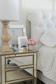 criado mudo espelhado, decoração de quarto branco total