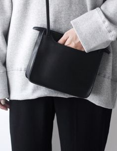 Image of Real Leather Bag Look Fashion, Fashion Bags, Womens Fashion, Chic Minimalista, Mode Inspiration, Minimal Fashion, Real Leather, Leather Bags, Black Leather