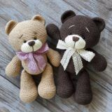 Right here you can see how to make this sweet bears amigurumi. Free amigurumi teddy bear pattern by Nelly Handmade. Chat Crochet, Crochet Mignon, Crochet Dolls, Crochet Mouse, Diy Crochet, Crochet Teddy Bear Pattern, Crochet Amigurumi Free Patterns, Plush Pattern, Tiny Teddies