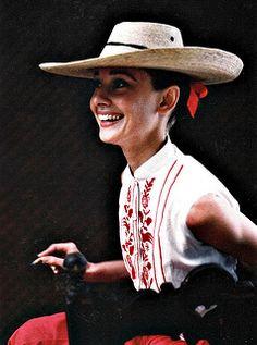 Vintage Audrey Hepburn style makes us smile. Audrey Hepburn Born, Divas, Grace Kelly, Butterfly Eyes, My Fair Lady, Mode Vintage, Classic Beauty, Old Hollywood, Breakfast At Tiffanys