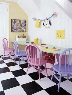 Voor de kinderen, 4 stoelen in roze en paars geverfd. www.biggelaarverfenwand.nl
