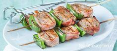 Malse varkenshaas spiezen omwikkeld met spek en afgewisseld met paprika