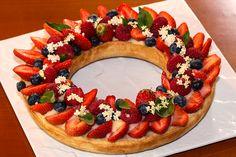Une tarte couronne aux fruits rouges en couronne. Une idée tout à fait originale pour revisiter une simple tarte. J'ai trouvé cette recette sur une fiche ...