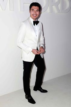 Famous guy fire fits—and a few wild moves—spotted at N. These are the most stylish guys at New York Fashion Week. Tom Ford Tuxedo, Tom Ford Suit, Tuxedo For Men, Navy Tuxedos, Best Dressed Man, Men Formal, Men's Coats And Jackets, Famous Men, New York Fashion