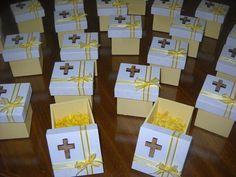 Excelentes cajas de madera fibrofacil, medida 6x6x6, con inicial en sobrerelieve en madera cortada a laser, cintas de organza al tono de la base. Podes elegir el color, Hay cajas de diferentes tamaños, 6x6x6 / 8x8x8 / 8x8x4 con tapa zapato Trabajamos con deposito bancario, transferencia bancari... Communion Party Favors, Communion Decorations, Candy Crafts, Paper Crafts, Small Gift Boxes, Ideas Para Fiestas, Event Decor, Christening, Party Themes