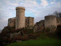 Falaise - Guide tourisme, vacances & week-end dans le Calvados -Cité natale de Guillaume le Conquérant, Falaise invite à découvrir son château où naquit en 1027 le duc de Normandie ainsi que son enceinte fortifiée flanquée de portes et de tours.
