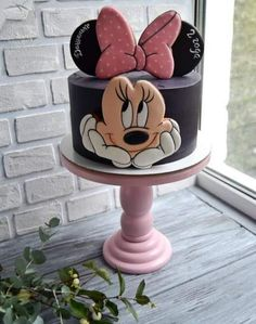 Ideas para pasteles de Disney & Manitas DIY Disney Cake Ideas & Heimwerker The post Disney Kuchen Ideen & DIY Handwerker & caketopper/cakedecoration/themecakes appeared first on Kuchen. Torta Minnie Mouse, Bolo Minnie, Minnie Mouse Birthday Cakes, Minnie Cake, Mickey Cakes, Mickey Mouse Cake, Mickey Party, Mickey Mouse Birthday, Birthday Cake Girls
