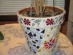 Särkyneistä astiasirpaleista tehty mosaiikkia