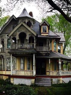 It's all quiet at the mansion (mansion of the abandoned) – architecture Abandoned Mansion For Sale, Old Abandoned Buildings, Abandoned Castles, Abandoned Mansions, Old Buildings, Abandoned Places, Haunted Places, Spooky Places, Creepy Houses