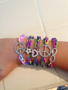 rainbow loom Powers Powers Jo Brannon - image only Loom Band Patterns, Rainbow Loom Patterns, Rainbow Loom Creations, Rainbow Loom Bands, Rainbow Loom Charms, Crazy Loom Bracelets, Rainbow Loom Bracelets, Loom Love, Fun Loom