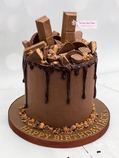 Delicious drip cakes, chocolate cakes and creamy buttercream cakes Choc Drip Cake, Chocolate Drip Cake Birthday, Chocolate Buttercream Cake, Chocolate Cake, 18th Birthday Cake For Guys, Dad Birthday Cakes, Birthday Cake Decorating, Dessert Decoration, Novelty Cakes
