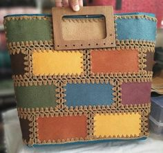 The video consists of 23 Christmas craft ideas. Crochet Handbags, Crochet Purses, Crochet Bags, Handmade Handbags, Handmade Bags, Bag Patterns To Sew, Crochet Patterns, Patchwork Bags, Knitted Bags
