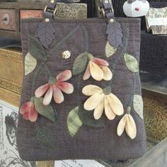 가을 패키지 가방으로 다시 만들었어요^^ 좀더 환하게 색상을 정하니 또다른 가방으로 만들어졌어요~ Japanese Patchwork, Japanese Bag, Patchwork Bags, Quilted Bag, Victorian Quilts, Diy Crafts Slime, Fabric Embellishment, Embroidery Bags, Bag Patterns To Sew