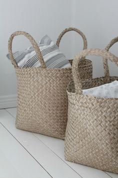Villaa ja vaniljaa -blogi Rattan, Wicker, Scandinavian Home, Diy And Crafts, Villa, Reusable Tote Bags, Basket, Suitcases, Pillows
