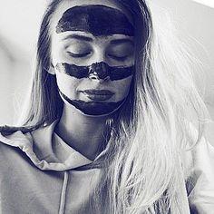 """⚫ Benedikte Arntzen har prøvd masken! """"Masken som gjør underverker. Virkelig. Dere har vel alle hørt om de sorte peel off-maskene, men dette er den originale. Nå har jeg brukt masken to ganger denne uken og jeg merker tydelig forskjell!"""" ________________________________ Bestilles kun på nett//online only! ➡www.decrusto.com⬅ #decrustosvartmaske #decrustoblackpeeloffmask #decrusto #fraktfritt #peeloff #urenheter #hudormer #resultater #effektiv Dere, Halloween Face Makeup, Skincare, Photo And Video, Artwork, Instagram, Women, Work Of Art, Auguste Rodin Artwork"""