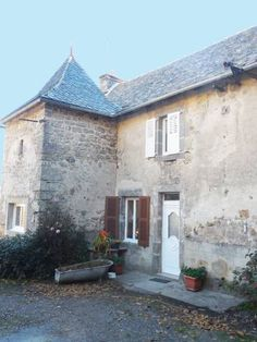 Gite de Carboni�s Saint Felix de Lunel Situated in Saint-F?lix-de-Lunel, this holiday home features a terrace and a garden with a barbecue. The property boasts views of the lake and is 10 km from Conques. Free private parking is available on site.