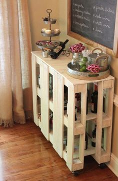 Everyone is loving this pallet bar table diy and you will too. it is quick and easy and will come in handy for so many uses. check out the ideas now. Bar Table Diy, Diy Bar Cart, Bar Cart Decor, Patio Bar Set, Bar Tables, Bar Carts, Pallet Tables, Pallet Benches, Pallet Couch