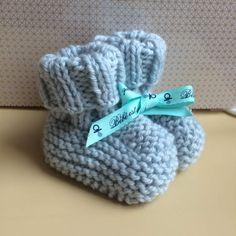 Bonjour ! Mes aiguilles chauffent en ce moment pour tricoter de la layette . Je profite de naissances autour de moi pour faire des petits cadeaux , voici donc les petits chaussons de bébé Hippolyte