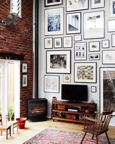 Today on TDF we visit a converted warehouse home in Collingwood, belonging to artist and printmaker and what a lovely picture collage wall @stephaniejanerampton. Photo - @annetteobrien, #picturecollagewall