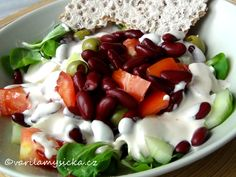 Zeleninové saláty na 1000 způsobů, to je to pravé pro naše zdraví. Tentokrát varianta se salátem polníčkem a červenými fazolemi. Dokonale zasytí ... Caprese Salad, Fruit Salad, Pasta Salad, Vegetable Recipes, A Table, Food And Drink, Pudding, Lunch, Treats