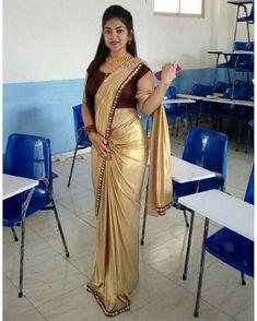 Sexy looking in saree Beautiful Girl Indian, Beautiful Saree, Beautiful Indian Actress, Beautiful Dresses, Beautiful Women, Sarees For Girls, Aunty In Saree, Satin Saree, Cotton Saree