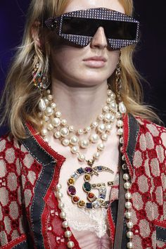 The complete Gucci Spring 2018 Ready-to-Wear fashion show now on Vogue Runway. Fashion Details, Love Fashion, Fashion Show, Current Fashion Trends, Summer Fashion Trends, Sunnies, Gucci Sunglasses, Gucci Fashion, Womens Fashion