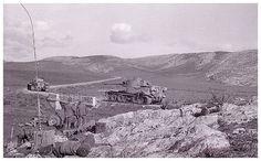 Deux Tiger de la 1./schwere Heeres Panzer-Abteilung 501 alors déployée en Tunisie, fin 1942 ou début 1943 : les n° 131 et 132 (à gauche).  Au premier plan, un 7,5 cm le.IG 18 et du matériel radio.