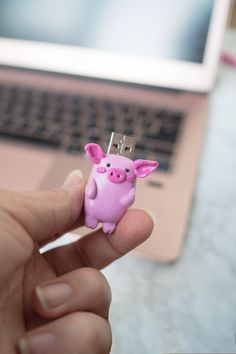KuneCoco • Fimo • DIY USB-Stick Diy Fimo, Polymer Clay, Diy Usb Stick, Clay Animals, Pasta Flexible, Cute Diys, Clay Creations, Flash Drive, Cool Art