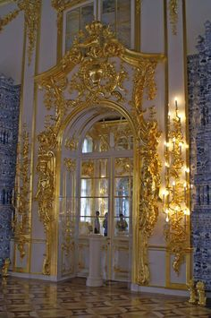 Catherine Palace (1752) - The interior is permeated with sunlight that is reflected several times by mirrors and gold ornament.