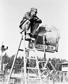 Steve McQueen Seated on Ladder Scene Excerpt from Film in Black and White High Quality Photo Old Movies, Great Movies, Steeve Mcqueen, The Great Escape, Iconic Photos, Chef D Oeuvre, Classic Hollywood, White Photography, Les Oeuvres