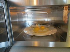 Mikrodalga fırının iç yüzeyinde biriken yağ ve kurumuş yemek artıklarının düzenli olarak temizlenmesi gerekir. Neyse ki bu tür fırınları kimyasal madde kullanmadan son derece kolay bir şekilde temizleyebilirsiniz. Mikrodalga fırınınızı tertemiz yapmak ve...