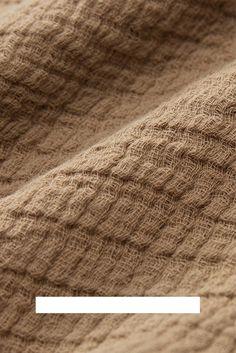 Die Kollektion Sierra wird von unseren Partnern in Portugal aus GOTS-zertifizierter Bio-Baumwolle gefertigt und mit einer innovativen, schonenden Färbetechnik, dem EarthColors-Prozess, gefärbt. Dabei werden Reste aus der Lebensmittelindustrie wie Orangenschalen, Mandelschalen oder Palmen-Reste verwendet, die unserer Kollektion ihre einzigartigen Farben geben. Mit diesen warmen Tönen der Natur bringt die Tagesdecke Sierra wunderschöne, natürliche Akzente in Ihr Zuhause. Natural Bedroom, Soft Blankets, Linen Bedding, No Time For Me, Beige, Home Decor Accessories, Textiles, Cotton, Nice Asses