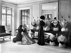 Jacques Boyer.  Le drapage du corsage chez Worth, Paris, 1907.  © Jacques Boyer/Roger-Viollet  Paris, Capitale de la Haute Couture | www.identitebook.com