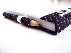 Bloquinho de Anotações charmoso para carregar na bolsa. Forrado com tecido 100% algodão, contém 100 folhas brancas destacáveis 56g. Acabamento em ilhós e fio encerado. Acompanha mini lápis....