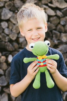 This is a happy frog named Felix. Free amigurumi pattern in English, Spanish, Dutch, Hungarian and Estonian. Free crochet pattern of a happy frog named Felix. He has no stiff parts, therefore even babies can play with it.Ravelry: Free Felix the Frog Crochet Frog, Crochet Amigurumi Free Patterns, Crochet Teddy, Crochet Animal Patterns, Stuffed Animal Patterns, Crochet Animals, Crochet Dolls, Free Crochet, Crochet Gratis