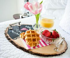 Wood Projects Project Nursery - DIY Wood Slice Serving Tray - Hayley from Grey House Harbor shares her simple tutorial for a wood slice serving tray that would be perfect for a Mother's Day breakfast in bed. Wood Slice Crafts, Wooden Crafts, Driftwood Crafts, Diy Crafts, Wood Projects For Beginners, Diy Wood Projects, Easy Projects, Easy Diy