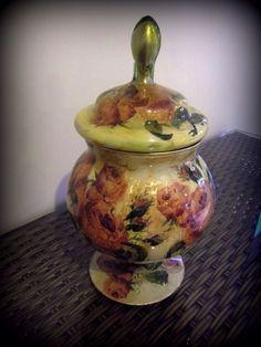 Linda bomboniere de vidro pintada à mão e com decoupage. Interior dourado. R$ 190,00