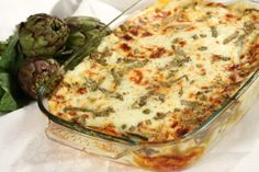 Ingredienti: 12 carciofi 300 g di lasagne 300 g di scamorza affumicata 200 g di taleggio 250 g di parmiggiano 1 scalogno 1 bicchiere di vino prezzemolo sale olio besciamella (1 l di latte) Preparaz…
