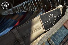 """Bora começar a semana com novidade!?  Coleção de verão da Von der Volke já na Medianeiraaa!!  Mas vamos começar por esse """"jeans""""...  Porque entre aspas?  Porque na verdade não é jeans, é moletom!  Sim!!! Um moletom com caimento jeans!  Peças confortos, essa é uma trend que veio para ficar! E na Medianeira, tu encontra, calças e bermudas nessa proposta!  São peças em tonalidade jeans só que em moletom!  #UseMedianeira"""