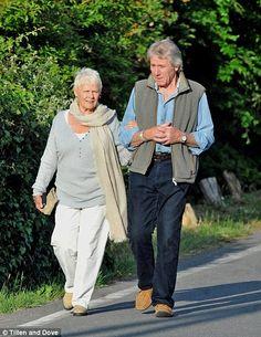 Цветущая дружбу: Дама Джуди была замечена прогуливаясь под руку с Дэвидом Миллсом, которому она стала очень близка