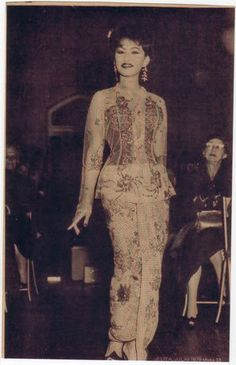 Simply Sweet Sour: Saloma: A Shadow of the Malayan Fashion Muse (Sad Stories behind the Style) 1950s Fashion, Asian Fashion, Indonesian Kebaya, Sad Stories, Couture, Traditional Outfits, Burmese, Asian Woman, Vintage Outfits